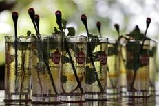 Le prochain rétablissement des relations diplomatiques entre les Etats-Unis et Cuba constitue une bonne nouvelle pour Pernod Ricard et son rhum cubain Havana Club, avant une éventuelle levée de l'embargo américain frappant Cuba depuis le début des années 1960. /Photo d'archives/REUTERS/Desmond Boylan