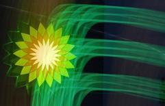 Логотип BP на заправке компании в Санкт-Петербурге 18 октября 2012 года. Британская нефтяная компания BP, вероятно, понесет большие убытки по доле в Роснефти в четвертом квартале из-за падения цен на нефть и обвала рубля. REUTERS/Alexander Demianchuk