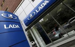 L'alliance entre Renault, Nissan et Avtovaz, qui possède entre autres la marque Lada, gagne des parts de marché en Russie et elle est moins affectée par la chute du rouble que d'autres constructeurs automobiles. /Photo prise le 9 juillet 2014/REUTERS/Alexander Demianchuk
