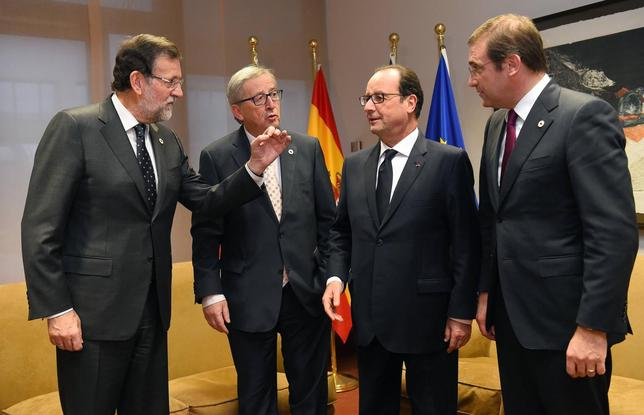 (L-R) Spanish Prime Minister Mariano Rajoy Brey, European Commission President Jean-Claude Juncker, French President  Francois Hollande and Portuguese Prime Minister Pedro Passos Coelho meet European Union leaders summit in Brussels, on December 18, 2014. REUTERS/Emmanuel Dunand/Pool