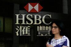En la imagen, una mujer camina frente a una sucursal del banco HSBC en Hong Kong. 19 de mayo, 2009.  China redujo los exigencias para la apertura de oficinas de bancos extranjeros y la participación en negocios con renminbi, nombre oficial de la moneda china, dijo la prensa estatal el sábado, en la más reciente de una serie de medidas para liberalizar al sector bancario. REUTERS/Tyrone Siu