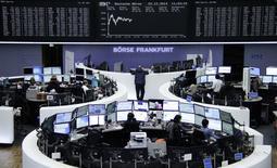 """Les Bourses européennes prolongent leur """"rally de Noël"""" lundi à mi-séance, pour la quatrième séance d'affilée, soutenues par le rebond du pétrole et du rouble, ainsi que de nouveaux appels à des rachats d'obligations souveraines de la Banque centrale européenne. Vers 12h35, le CAC 40 avance de 0,95% à Paris, le Dax gagne 0,94% à Francfort et le FTSE progresse de 0,74% à Londres. /Photo prise le 22  décembre 2014/REUTERS/Remote/Pawel Kopczynski"""