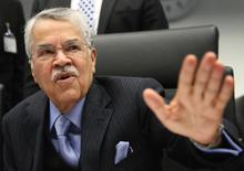 PETROLEO-ASAUDITA. Imagen de archivo, 4 diciembre, 2014.  Arabia Saudita convenció a sus socios de la OPEP de que no es bueno para el grupo reducir la producción de petróleo, más allá de cuánto puedan caer los precios del crudo, dijo el lunes el ministro de Petróleo del reino, Ali al-Naimi, en una entrevista con el Middle East Economic Survey (MEES). REUTERS/Heinz-Peter Bader
