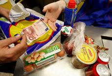 La confiance du consommateur s'est davantage améliorée que prévu en novembre dans la zone euro, selon la première estimation publiée lundi par la Commission européenne. /Photo d'archives/REUTERS/Eric Gaillard