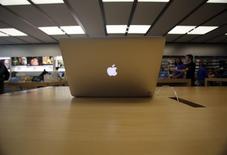 Apple a envoyé pour la première fois une mise à jour automatique pour les Macintosh destinée à corriger de nouvelles failles de sécurité pouvant être exploitées par des pirates pour prendre le contrôle des ordinateurs. /Photo d'archives/REUTERS/Mario Anzuoni