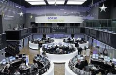 Вид на помещение фондовой биржи во Франкфурте-на-Майне 19 декабря 2014 года.  Европейские фондовые рынки растут шестую сессию подряд вслед за рынками США, где индексы S&P 500 и Dow Jones завершили понедельник на исторических максимумах. REUTERS/Remote/Pawel Kopczynski