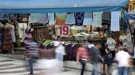 Pessoas andam em frente à loja no centro da cidade de São Paulo. REUTERS/Paulo Whitaker (BRAZIL - Tags: BUSINESS)