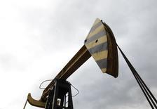 Нефтяной станок-качалка Роснефти в поселке Ахтырский в Краснодарском крае 21 декабря 2014 года. Россия по итогам 2014 года увеличит добычу нефти на 0,6 процента по сравнению с прошлым годом - до 526,6 миллиона тонн, тогда как экспорт сырья снизится на 4,3 процента до 229 миллионов тонн, сообщил журналистам глава Минэнерго РФ Александр Новак. REUTERS/Eduard Korniyenko