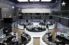 En Bourse de Francfort. Les Bourses européennes accélèrent leur hausse mardi en début d'après-midi après la publication aux Etats-Unis d'une croissance de 5,0% au troisième trimestre en données définitives, contre +3,9% en deuxième estimation. /Photo prise le 23 décembre 2014/REUTERS/Remote/Pawel Kopczynski