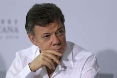 Imagen de archivo del presidente de Colombia, Juan Manuel Santos, en el foro de la OCDE e Iberoamérica en Veracruz, México, dic 9 2014. Colombia redujo la meta de crecimiento de la economía para el próximo año a un 4,2 por ciento, desde una original de 4,8 por ciento, debido a la caída en los ingresos petroleros, dijo el martes el presidente, Juan Manuel Santos. REUTERS/Tomas Bravo