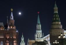 """Луна над московским Кремлем 10 августа 2014 года. Международное рейтинговое агентство Standard & Poor's поместило суверенный рейтинг России """"ВВВ-"""" в список на пересмотр с негативным прогнозом, говорится в сообщении S&P. REUTERS/Maxim Shemetov"""