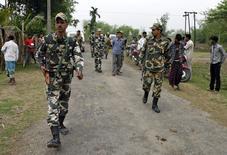 Военные патрулируют подвергнувшуюся нападению деревню в штате Ассам 2 мая 2014 года. Власти Индии ввели в среду комендантский час в некоторых районах северо-восточного штата Ассам после серии нападений, в которых погибли 48 человек. REUTERS/Stringer