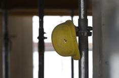 HeidelbergCement a annoncé un accord pour la vente de sa filiale de matériaux de construction Hanson Building Products à la société de capital-investissement Lone Star Funds pour 1,4 milliard de dollars (1,14 milliard d'euros). Le cimentier allemand avait racheté Hanson Building pour huit milliards de livres (10 milliards d'euros) en 2007. /Photo d'archives/REUTERS/Michaela Rehle