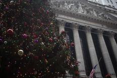 Wall Street a ouvert en légère hausse mercredi. Vers 14h40 GMT, le Dow Jones gagne 0,22%, à 18.063,54. /Photo prise le 23 décembre 2014/REUTERS/Carlo Allegri