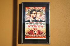 "Un afiche del filme ""The Interview"" a las afueras del cine Alamo Drafthouse en Littleton, EEUU, dic 23 2014. Sony Pictures dijo que la película ""The Interview"" estará disponible para alquiler o compra a través de internet en el sitio Youtube de Google, Google Play, Microsoft Xbox Video y de su propia página.   REUTERS/Rick Wilking"