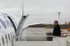 Владимир Путин заходит в самолет компании Трансаэро в Санкт-Петербурге 26 октября 2009 года. Российские власти пытаются помочь российским авиакомпаниям избежать остановок полетов хотя бы во время новогодних праздников: экономический спад, девальвация рубля и внешнеполитические проблемы вызвали спад прибыльных перевозок за границу, который может вылиться в гигантские убытки по итогам года и спровоцировать тяжелый кризис в отрасли. REUTERS/RIA Novosti/Alexei Nikolsky/Pool
