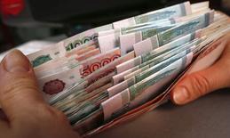 Le ministre des Finances russe Anton Siluanov a déclaré jeudi que la crise du rouble était finie, même si le niveau des réserves de changes du pays est à un creux depuis 2009 et que l'inflation annuelle a dépassé la barre des 10%. /Photo prise le 26 décembre 2014/REUTERS/Ilya Naymushin