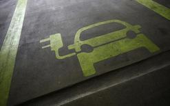 Audi, la marque haut de gamme de Volkswagen, veut commercialiser deux véhicules purement électriques d'ici 2018, dans le but de rattraper la concurrence. /Photo d'archives/REUTERS/Tyrone Siu