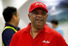 En la foto de archivo, el presidente ejecutivo de AirAsia, Tony Fernandes, arriba al aeropuerto de Manila, en Filipinas, el 23 de mayo de 2014. AirAsia pasó de tener dos aviones en 2001 a ser un gigante del sector que opera más de 180 aviones en sólo una década, pero ahora enfrenta su mayor desafío debido a un avión perdido el domingo. REUTERS/Romeo Ranoco (PHILIPPINES - Tags: POLITICS BUSINESS TRANSPORT) - RTR3QHAX