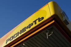 Логотип Роснефти на заправке компании в Москве 29 октября 2014 года. Крупнейшая российская нефтекомпания Роснефть и Petrocas Energy создают совместное предприятие в области логистики и розничных продаж в Закавказье и Центральной Азии, сообщила Роснефть. REUTERS/Maxim Shemetov