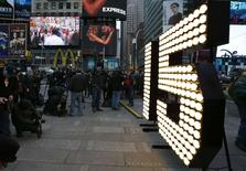 "The New Year's Eve ""15"" numerals stand lit on the sidewalk after they were unloaded from a truck in Times Square in New York, December 16, 2014.  REUTERS/Mike Segar"