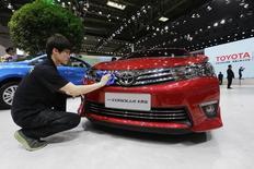 Au salon de l'automobile de Pékin. Selon deux cadres du groupe, Toyota n'aura probablement pas atteint son objectif de vendre plus de 1,1 million de véhicules en Chine en 2014, à cause du ralentissement plus marqué qu'anticipé de la croissance économique, qui a favorisé une guerre des prix sur le marché local. /Photo prise le 20 avril 2014/REUTERS/Jason Lee