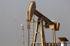 Una extractora de petróleo vista en un campo en Sakir. Imagen de archivo, 11 octubre, 2014.  La producción de petróleo de la OPEP cayó 270.000 barriles por día en diciembre con respecto al mes anterior y se ubicó por debajo de su meta de bombeo de 30 millones de bpd por primera vez desde junio, según un sondeo de Reuters publicado el martes. REUTERS/Hamad I Mohammed