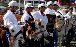 Granjeros presentan vacas de la raza Braford en la feria agrícola Mariano Roque Alonso en Paraguay, jul 12 2008. Paraguay cerró el 2014 con una inflación de un 4,2 por ciento, dentro del objetivo de las autoridades y desacelerándose desde un máximo de un 7 por ciento interanual en mayo, dijo el martes el Banco Central. REUTERS/Jorge Adorno