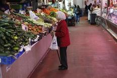 Les prix à la consommation en Espagne ont diminué de 1,1% sur un an en décembre, selon la première estimation officielle aux normes harmonisées européennes, leur sixième mois consécutif de baisse. /Photo d'archives/REUTERS/Juan Medina
