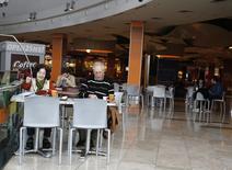 Unas personas tomando café en un centro comercial en Buenos Aires, ago 1 2014. La recaudación tributaria en Argentina habría aumentado en promedio un 37,3 por ciento interanual en diciembre, impulsada por los impuestos sobre el salario y el aumento en el consumo que se registró por las festividades de fin de año, según un sondeo de Reuters.  REUTERS/Enrique Marcarian