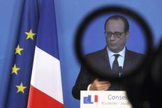 François Hollande a déclaré lundi vouloir faire en sorte que la croissance économique soit supérieure à 1% en 2015, la prévision officielle, et 2016 pour créer des emplois en France. /Photo prise le 18 décembre 2014/REUTERS/Pascal Rossignol
