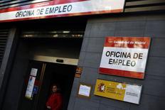 Una mujer camina afuera de una oficina de empleo en Madrid, 5 enero, 2014. El desempleo registrado en España bajó de forma significativa en diciembre gracias al sector servicios, registrando su segundo mejor nivel durante ese mes desde que se tienen registros. REUTERS/Susana Vera