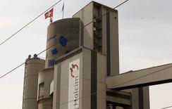 Le cimentier suisse Holcim a annoncé avoir finalisé une série de transactions en Europe avec son concurrent mexicain Cemex. Les échanges d'actifs européens entre Cemex et Holcim avaient été annoncés en août 2013, plusieurs mois avant l'annonce du projet de fusion entre le cimentier suisse et son concurrent français Lafarge, intervenue en avril, qui donnera naissance au numéro un mondial du ciment. /Photo prise le 7 avril 2014/REUTERS/Arnd Wiegmann
