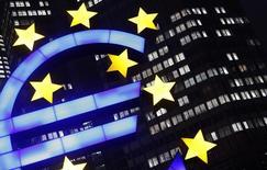 El logo iluminado del euro visto frente a la sede del Banco Central Europeo en Frankfurt. Imagen de archivo, 8 enero, 2013. El Banco Central Europeo considera tres posibles opciones para comprar bonos gubernamentales antes de su encuentro monetario del 22 de enero, reportó el martes el diario holandés Het REUTERS/Kai Pfaffenbach