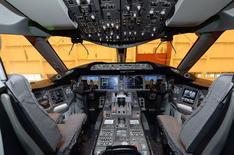 La cabina de vuelo de un Boeing 787 Dreamliner de Air Canada durante su presentanción en Toronto, mayo 20 2014. Boeing dijo el martes que entregó 732 aviones en 2014, un récord para la industria aeronáutica que le permitió mantener su título como el mayor fabricante mundial de aeronaves el año pasado, superando a su rival Airbus Group. REUTERS/Aaron Harris