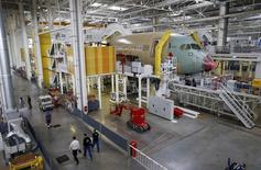 Selon une source proche du dossier, Airbus a dépassé Boeing en nombre de commandes d'avions engrangées en 2014, conservant la place de numéro un sur ce critère bien que son rival ait livré davantage d'avions que lui. /Photo prise le 16 juin 2014/REUTERS/Régis Duvignau
