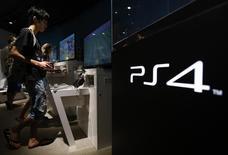 Sony déclare avoir écoulé plus 18,5 millions de consoles de jeu vidéo PlayStation 4 en date du 4 janvier contre 13,5 millions à la fin octobre, grâce à une solide demande pendant la période des fêtes. /Photo prise le 16 juillet 2014/REUTERS/Yuya Shino