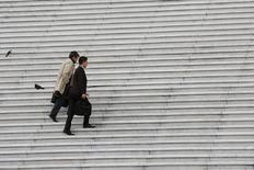 Trabajadores llevan maletines mientras suben escaleras en el distrito financiero y de negocios de La Defense en París. Imagen de archivo, 21 octubre, 2014. La tasa de desempleo en los 18 países que comparten el euro se mantuvo en un 11,5 por ciento en noviembre, sin cambios respecto a octubre, según un informe publicado el miércoles por la oficina de estadísticas de la Unión Europea, Eurostat. REUTERS/John Schults