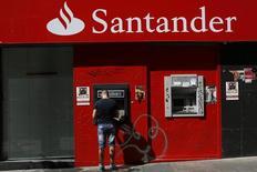 Caixa eletrônico do Santander em Madri. REUTERS/Juan Medina(SPAIN - Tags: BUSINESS)