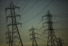 Torres de alta tensión vistas en Rancho Cucamonga, California. Imagen de archivo, 20 diciembre, 2013. Las compañías de petróleo y gas podrían reducir sus gastos en exploración y producción (E&P) en Norteamérica en un 30 por ciento o más este año si el crudo en Estados Unidos sigue negociándose en el rango de entre 50 y 60 dólares el barril, dijo el banco Barclays en un reporte. REUTERS/Eric Thayer