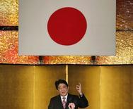 Le Premier ministre japonais Shinzo Abe. Le gouvernement japonais a établi un projet de budget record de 96.300 milliards de yens (près de 700 milliards d'euros) pour l'année fiscale 2015-2016 commençant le 1er avril, mais qui prévoit aussi une réduction des émissions de dette pour la troisième année consécutive. /Photo prise le 6 janvier 2015/REUTERS/Toru Hanai
