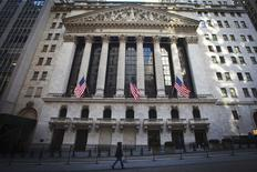 """Après deux années de calme relatif, la volatilité semble bel et bien de retour à Wall Street et elle risque fort d'être la norme pour 2015, selon des stratégistes.  Les risques de crise politique en Grèce, la possibilité d'un défaut de la Russie et les inquiétudes sur les conséquences du plongeon des cours du pétrole font monter l'indice de volatilité du CBOE, le Vix, qui fait office de """"baromètre de la peur"""" à Wall Street. /Photo prise le 5 janvier 2015/REUTERS/Carlo Allegri"""