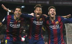 """Игроки """"Барселоны"""" (слева направо) Луис Суарес, Неймар и Лионель Месси  радуются голу в ворота """"Атлетико"""" в Барселоне 11 января 2015 года. Лидер чемпионата Испании """"Реал"""" и идущая второй """"Барселона"""" одержали синхронные победы в 18-м туре - """"галактикос"""" обыграли """"Эспаньол"""" 3-0, """"Барса"""" была сильнее действующего чемпиона """"Атлетико"""", выиграв со счетом 3-1. REUTERS/Albert Gea"""