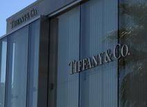 Tiffany, à suivre lundi sur les marchés américains. Le groupe a revu en baisse sa prévision de bénéfice par action, hors exceptionnels, pour l'exercice au 31 janvier à 4,15/4,20 dollars par action contre 4,20/4,30 dollars auparavant. /Photo prise le 10 septembre 2014/REUTERS/Mike Blake