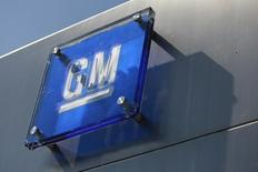 The General Motors logo is seen outside its headquarters at the Renaissance Center in Detroit, Michigan August 25, 2009. REUTERS/Jeff Kowalsky