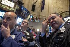 Operadores trabajan en el piso de la bolsa de Nueva York. Imagen de archivo, 8 enero, 2015.  Las acciones cayeron por segunda sesión consecutiva el lunes en la bolsa de Nueva York, lideradas por otro brusco descenso del sector energético tras la baja de más del 5 por ciento de los precios del petróleo y por una creciente preocupación ante el inicio de la temporada de resultados corporativos. REUTERS/Brendan McDermid