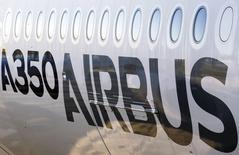 En la imagen, el exterior de un A350 XWB durante la rueda de prensa anual de Airbus en Colomiers, el 13 de enero de 2015. Airbus mantuvo el primer lugar en pedidos de aviones comerciales al confirmar que vendió más que Boeing el año pasado, si bien no logró salvar una brecha en despachos, que dejó a su rival estadounidense como el mayor fabricante mundial de aviones por tercer año consecutivo. REUTERS/Regis Duvignau