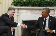 Президент США Барак Обама (справа) и президент Украины Петр Порошенко на встрече в Вашингтоне 18 сентября 2014 года. Администрация США предоставит Украине дополнительные кредитные гарантии на $1 миллиард в первой половине 2015 года и попросит Конгресс одобрить такую же сумму во втором полугодии, чтобы поддержать усилия международных кредиторов, условием помощи которых являются реформы. REUTERS/Larry Downing
