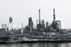 Vista general de la refinería de petróleo Philadelphia Energy Solutions en Filadelfia. Imagen de archivo, 4 diciembre, 2014. La agencia de energía de Estados Unidos elevó el martes su estimación de demanda de petróleo para el 2015 en 120.000 barriles de petróleo por día (bpd), lo que llevó a la proyección de alza anual a 1 millón de bpd. REUTERS/Tom Mihalek