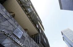 Vista de la sede de Petrobras en Rio de Janeiro. Imagen de archivo, 16 diciembre, 2014.  La petrolera estatal brasileña Petrobras nombró el martes a Joao Adalberto Elek Junior como su nuevo director de gobernanza y riesgo, como parte de los esfuerzos de la compañía de aliviar las preocupaciones de los inversores en medio de un gigantesco escándalo de corrupción. REUTERS/Sergio Moraes